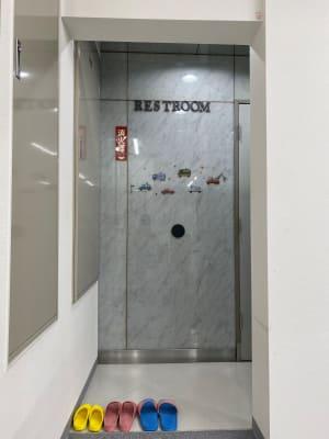 トイレ一か所 更衣室 - ブルーツリースタジオ レンタルスペースの設備の写真