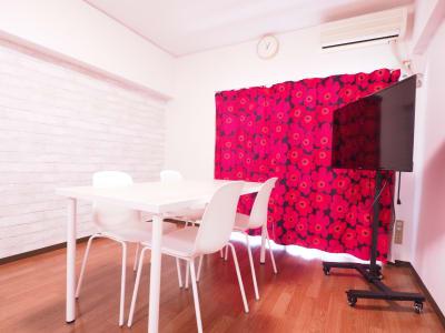 レイアウト1(4名) - レンタルスペースあられ 貸会議室 レンタルスペースの室内の写真
