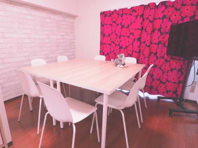 レイアウト2(8名) - レンタルスペースあられ 貸会議室 レンタルスペースの室内の写真