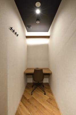 ビデオ会議に最適な個室席が4部屋ございます。(ドアに鍵はついていません。) - 東邦オフィス福岡天神 東邦オフィス天神コワーキングBの室内の写真