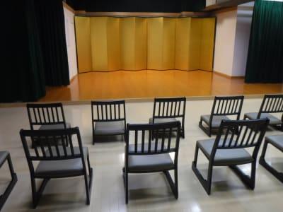 道場フロアに椅子を設置した状態です。 - サムライ剣舞シアターの室内の写真