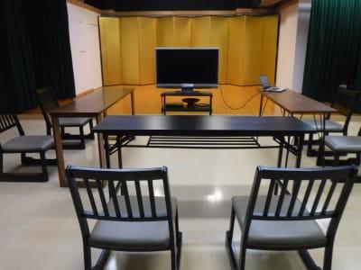 レッスンを動画撮影しその場で検証できます。 - サムライ剣舞シアターの室内の写真