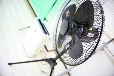 大型業務用扇風機を設置しております。 - Next Studio 9 レンタル会議室の設備の写真