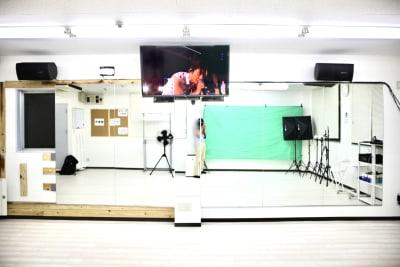 正面からの写真です。 大型モニタを見ながら、Zoomもできます - Next Studio 9 レンタル会議室の室内の写真