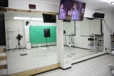 一面に鏡を敷き詰めました。 長径約6mある大型の圧倒的な鏡配置です。 - Next Studio 9 レンタル会議室の室内の写真