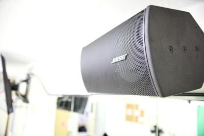 BOSE製の大型スピーカーです。2台設置しています。 - Next Studio 9 レンタル会議室の設備の写真