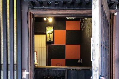 玄関扉から覗く和モダンな空間 - 京小宿 古川みやび 京町家レンタルスペースの室内の写真