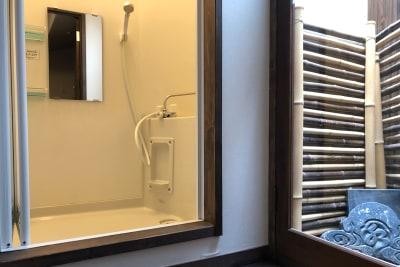小さい浴室ですがシャワーと浴槽があります - 京小宿 古川みやび 京町家レンタルスペースの室内の写真