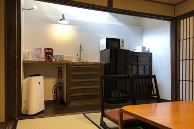 居間に隣接して簡単なキッチンもあります - 京小宿 古川みやび 京町家レンタルスペースの室内の写真