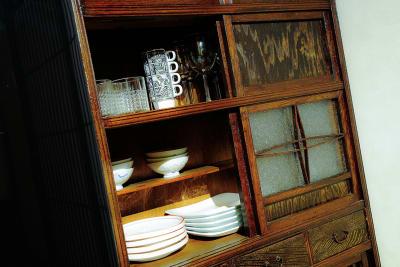 水屋箪笥の中には一通り食器がしまってあります - 京小宿 古川みやび 京町家レンタルスペースの室内の写真