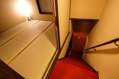 昔の雰囲気が残った階段を登った先の2階も畳の部屋です - 京小宿 古川みやび 京町家レンタルスペースの室内の写真