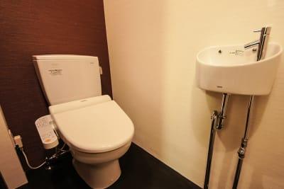 お手洗いは温水洗浄便座が付いています - 京小宿 古川みやび 京町家レンタルスペースの室内の写真