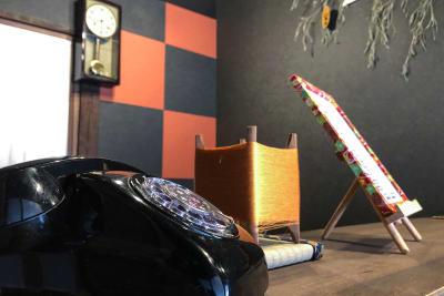 カウンターには昔懐かしい黒電話 - 京小宿 古川みやび 京町家レンタルスペースの室内の写真