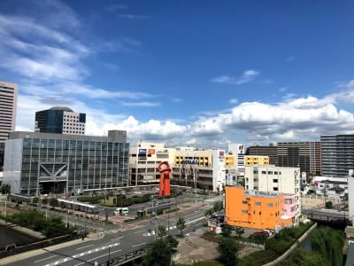 7Fの窓からは、南海堺駅が眺望できます。まるでポストカードのような光景です。 - RTCビル ニコニコカルチャースタジオ7Fの室内の写真