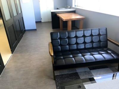 しきりには応接室もあります。飲食も可能ですが、お掃除はよろしくお願いしますね。 - RTCビル ニコニコカルチャースタジオ7Fの室内の写真