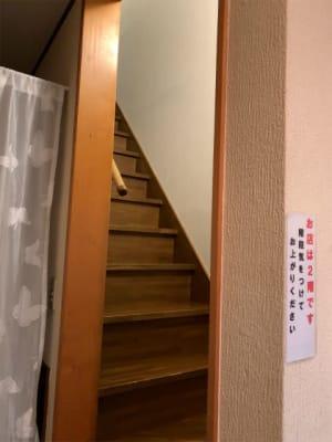 階段で2階へ。手すりと滑り止めマットがひいてあります。 - 飲食出来る【カフェラッテ】 多目的スペースの室内の写真