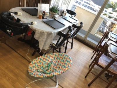 幼児用のテーブルはめ込みチェアー2つ・乳児用ラック1つ・アンパンマン便座あります - 飲食出来る【カフェラッテ】 多目的スペースの室内の写真