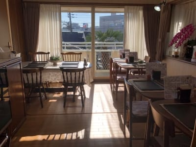 日当たりが良く、冬の午前は中まで差し込みます。夏はベランダに日よけシェード使用。 - 飲食出来る【カフェラッテ】 多目的スペースの室内の写真