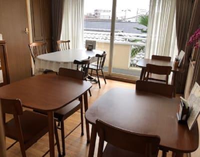 12席(補助イス使用で14席)ご用意しております。配置は変更出来ます。 - 飲食出来る【カフェラッテ】 多目的スペースの室内の写真