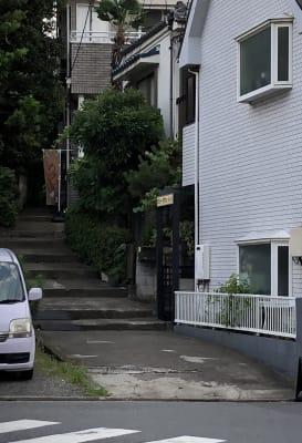 階段を上がった一番上の右の住宅店舗。インターホンは門の左です。 - 飲食出来る【カフェラッテ】 多目的スペースの入口の写真