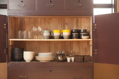 調理器具や食器類もそろっています。(調味料はご持参ください) - Oyama旅音 リビングの設備の写真