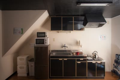 キッチンには調理器具や食器類もそろっています。(調味料はご持参ください) - Nishichaya旅音 リビングの設備の写真