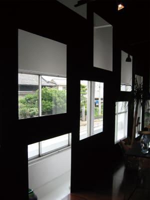ギャラリー北面開口部。 - ファイブ・ペニイズ 2Fギャラリーの室内の写真