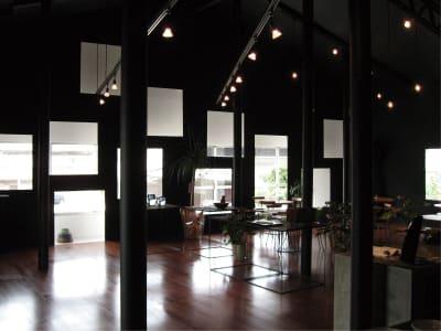 手前半分がギャラリースペース。 奥がカフェスペース。 - ファイブ・ペニイズ 2Fギャラリーの室内の写真