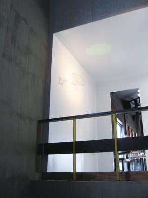 前室見上げ。 - ファイブ・ペニイズ 2Fギャラリーの入口の写真