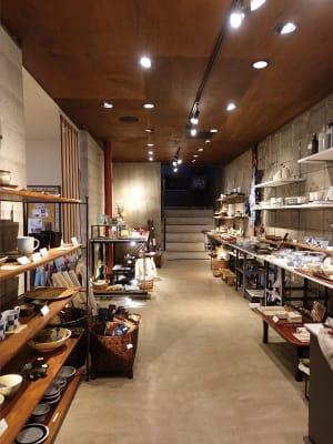 1F店舗クラフトコーナー。 奥が2ギャラリーへの階段。 - ファイブ・ペニイズ 2Fギャラリーのその他の写真