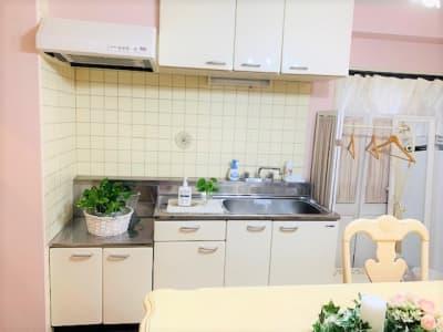 キッチン(洗い場)とコート掛け - レンタルサロンプリュムブランシェ ルーム  Calme(カルム)の設備の写真