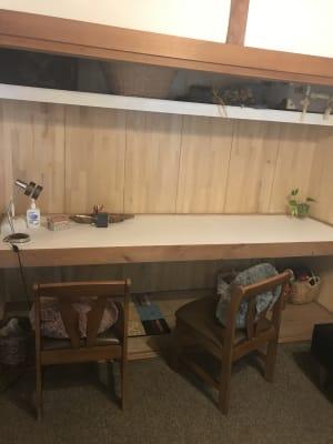 ワークスペースもあり、Wi-Fiも使えます。 - アマービレピアノ教室 レンタル練習室の室内の写真