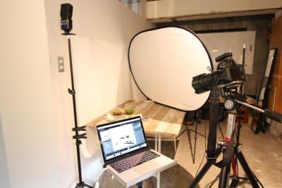 撮影利用時の写真です。レフ板のレンタルは行っています。機材は各自で持込お願いしま - STOCK STUDIO レンタルスタジオの室内の写真
