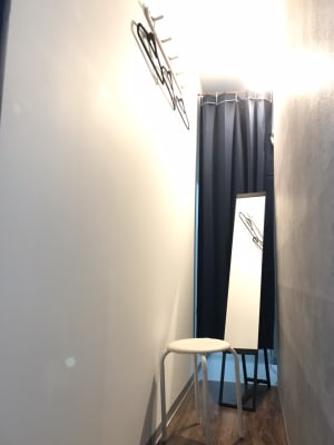 白ホリゾントの後ろに簡易的な更衣室を完備。 - ラクスタ 安くて気軽に使えるフォトスタジオの室内の写真