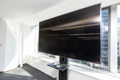 有料オプションとして大型モニターも使用できます。ご利用の際は会議室のご利用と同じ時間でお申し込みください。 - 大阪駅前第1ビル 6F 5-2 会議室の設備の写真