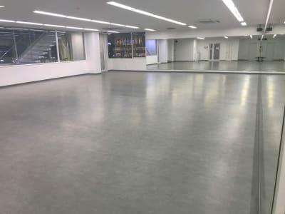 床にはリノリウム素材を使っております。ダンス教室の方々を中心に大好評です。 - RTCビル ニコニコカルチャースタジオ4Fの室内の写真