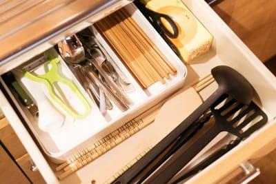 調理器具や食器類もそろっています。(調味料はご持参ください) - Ekichika旅音 リビングの設備の写真