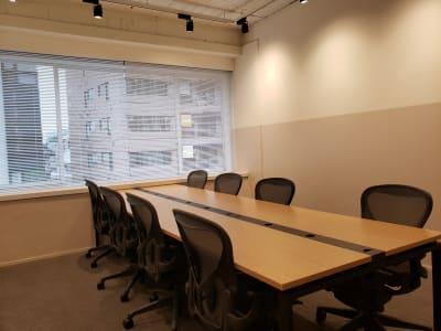 窓が大きく換気も可能です。 - HOLDER roppongi  8名会議室の室内の写真