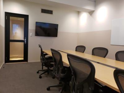 48インチモニターとガラス製ホワイトボードも完備しています。 - HOLDER roppongi  8名会議室の室内の写真