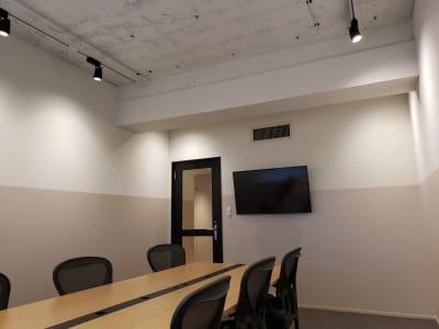 天井高が3Mありますので、かなり開放的です。 - HOLDER roppongi  8名会議室の室内の写真