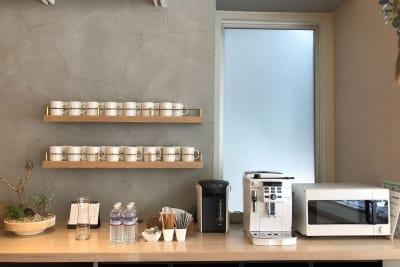 オプションでコーヒーメーカー・ミネラルウォーターもご利用になれます。 - HOLDER roppongi  8名会議室の設備の写真