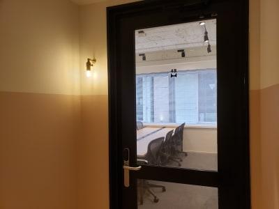 入り口からの画像です。 - HOLDER roppongi  8名会議室の室内の写真