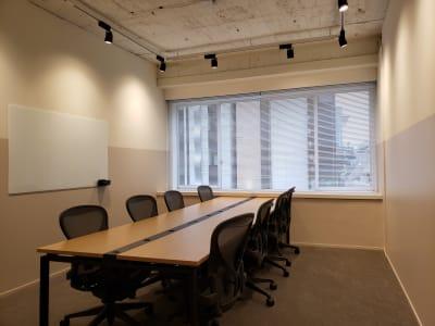 アーロンチェアを完備。長時間の会議やお仕事にも最適です。 - HOLDER roppongi  8名会議室の室内の写真