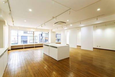 ホワイトキューブな清楚な空間は、その用途に合わせて表情を自由に変えられます。 - レンタルスペース「工房33」 ギャラリー&レンタルスペースの室内の写真