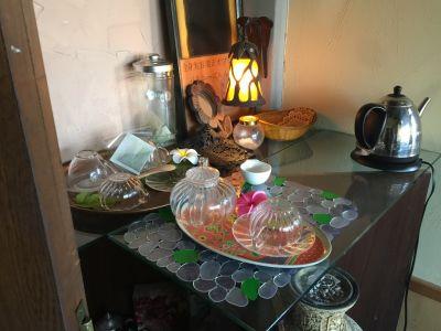 TEAコーナー ご自由にご使用下さい - セラピールームFRESCO レンタルサロン1室 サロン貸切有の室内の写真