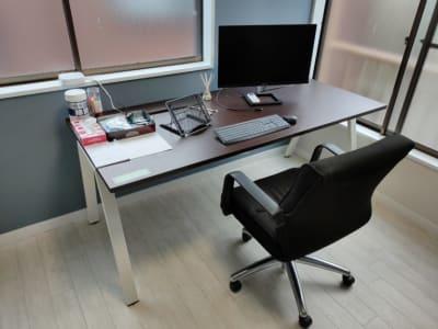 ビッグサイズのテーブル&椅子&モニター、テレワーク最適 - レンタル仕事部屋 向ヶ丘遊園駅の室内の写真