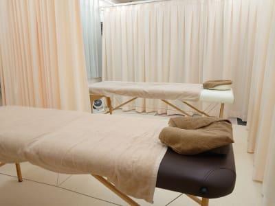 部屋をカーテンで2ブースに分けての施療例 - 健康ひろば-ここから相談.Com レンタルサロン・貸会議・セミナーの室内の写真