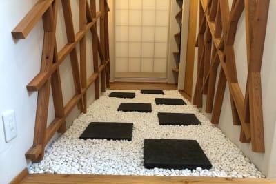 玄関を開けると目に飛び込んでくる印象的なエントランス - 【forspace渋谷本町】 多目的スペースの室内の写真