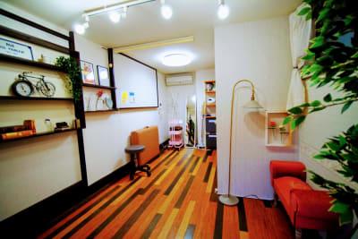 マッサージベッドを折りたためば、ヨガやストレッチなどのご利用も可能です。 - RUE大塚 レンタルサロンの室内の写真