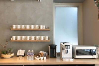 オプションでコーヒーメーカー・ミネラルウォーターもご利用になれます。 - HOLDER roppongi  13名会議室(コの字型)の設備の写真
